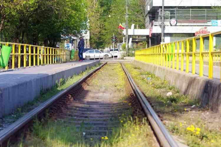O femeie confirmată cu COVID-19 a fost prinsă de jandarmi fără mască într-o stație de tramvai din Arad