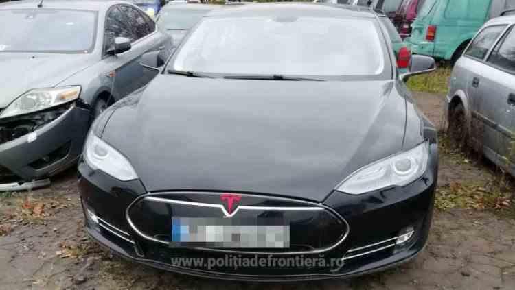 Polițiștii români de frontieră au găsit într-o curte din Suceava o Tesla de 50000 de euro căutată în Norvegia