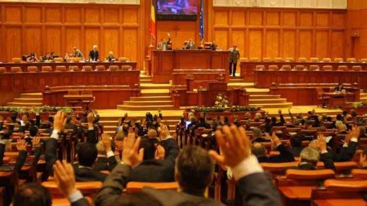 Beneficiile unui parlamentar român - De la salariu, la paşaportul diplomatic, banii de cazare şi alte sume forfetare