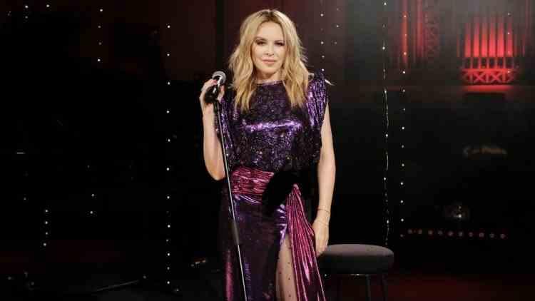 Kylie Minogue a devenit prima cântăreaţă care a ajuns în topul albumelor de-a lungul a cinci decenii consecutiv