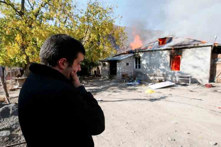 """""""Am mutat şi mormântul părinţilor"""" - Armenii îşi ard casele înainte de cedarea regiunii Nagorno-Karabah în favoarea Azerbaidjanului"""