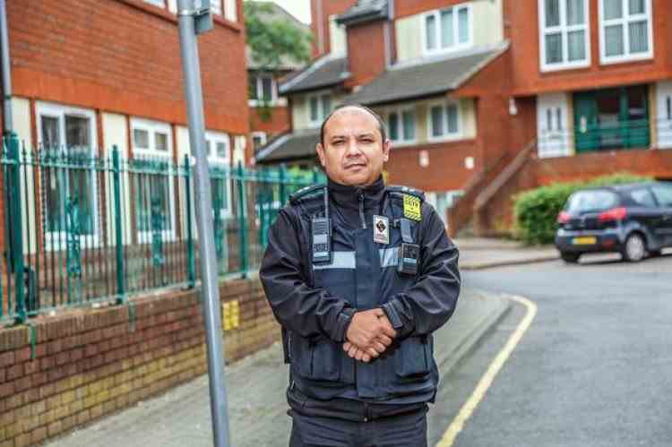 Un român gardian public într-un oraș din Anglia a devenit om de bază pentru autoritățile locale