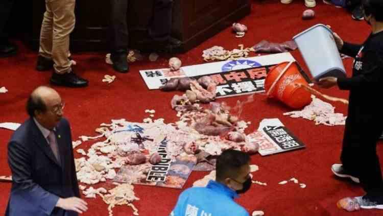 Atac cu intestine de porc în Parlament - Parlamentarii opoziției din Taiwan au aruncat cu măruntaie în Premierul țării