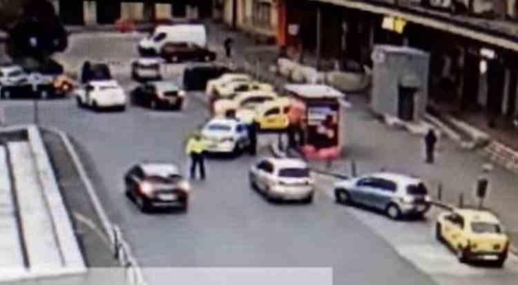 Bărbatul care a lovit intenționat cu mașina un polițist este urmărit penal pentru ultraj