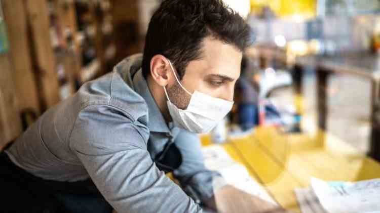 Primă de pandemie - O companie va acorda angajaților un bonus de 1000 de euro pentru că poartă mască la locul de muncă