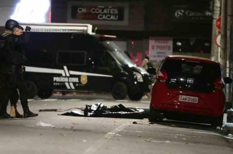 Imagini spectaculoase în Brazilia după ce 30 de persoane înarmate au jefuit o bancă - 130 de mii de euro au fost împrăștiați pe străzi
