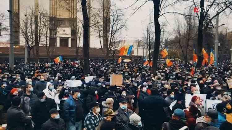 Sute de oameni protestează la Chișinău împotriva proiectului lui Igor Dodon de reducere a atribuțiilor noului președinte