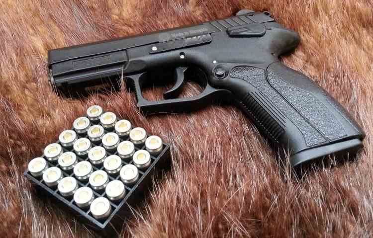 Un tânăr a fost prins de polițiști cu o armă ilegală - Acesta s-a lăudat cu ea pe rețelele sociale