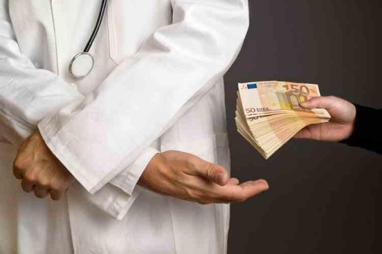 Șapte persoane au fost arestate în dosarul șpăgii de la spitalele COVID din Brașov și Harghita