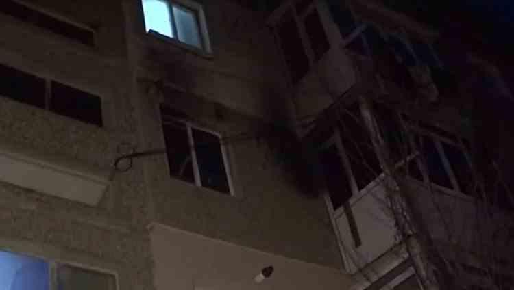Un bărbat a dat foc apartamentului tatălui său apoi s-a aruncat pe geam de teamă să nu ardă de viu