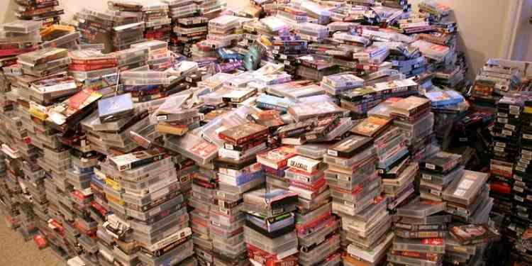 Un bărbat de 42 de ani și-a dat în judecată părinții după ce i-au aruncat întraga colecție de filme și reviste porno