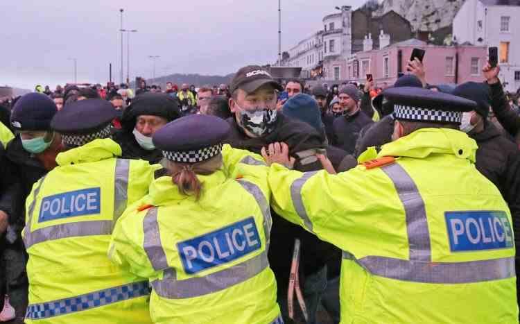 Șoferii de TIR s-au încăierat cu polițiștii britanici după ce au stat ore în șir în cozi