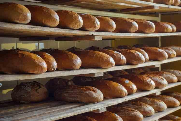 2021 începe cu scumpiri - Consumatorii vor plăti mai mult pentru pâine și carne