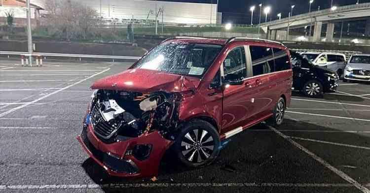 Un angajat Mercedes a furat un excavator și a distrus mai multe mașini noi după ce a fost concediat