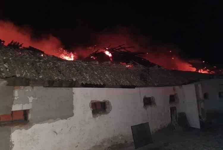 Mii de păsări au murit în urma unui incendiu puternic la o fermă din Botoșani