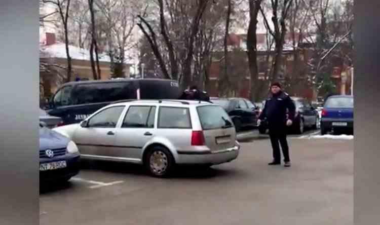 Un jandarm este acuzat că ar fi lovit un bărbat care îl filma pentru că nu purta mască