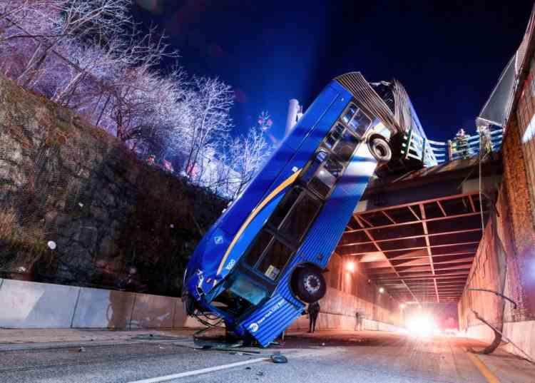 Cel puțin 8 persoane au fost rănite după ce un autobuz a căzut de pe o pasarelă în New York