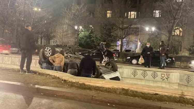 Încă o mașină a plonjat în fântâna de la Unirii - Este al treilea incident în mai puțin de o săptămână