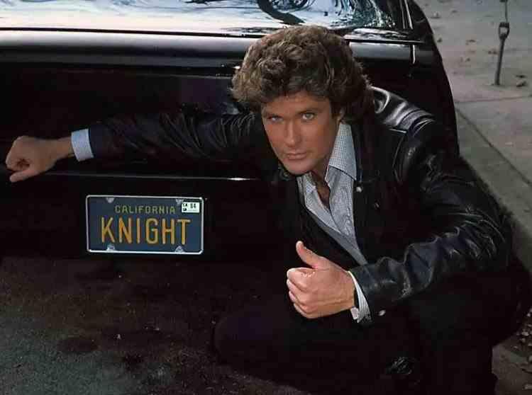 S-a vândut o replică a KITT, mașina vorbitoare din seria Knight Rider - Bolidul lui David Hasselhoff a fost cumpărat la licitație cu 300.000 de dolari