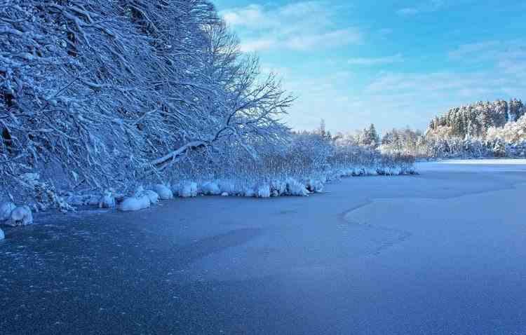 Un adolescent de 14 ani a fost scos în stare de inconștiență dintr-un lac înghețat din Mureș