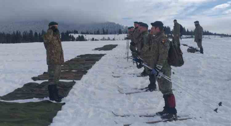 """""""Școala Online"""" - Un soldat român a devenit viral pe internet după ce a apărut într-o poză ținând AK-ul greșit"""