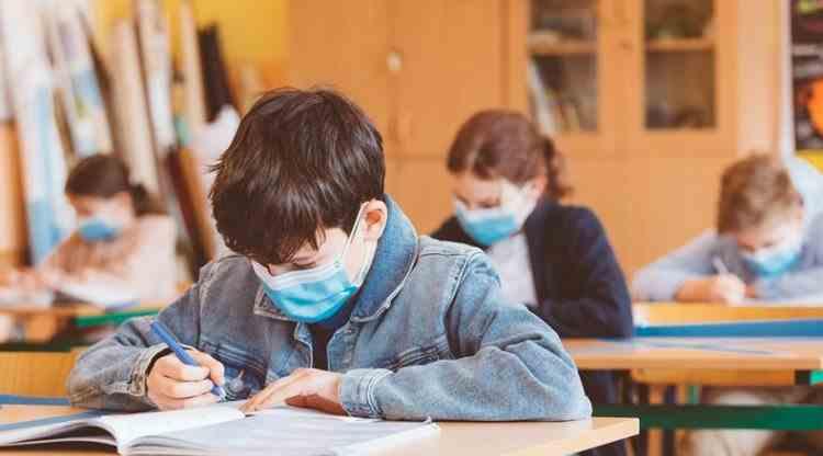 Reguli noi în şcoli din 8 februarie: Elevii nu vor avea voie să schimbe obiecte personale între ei, iar masca va fi purtată în permanenţă