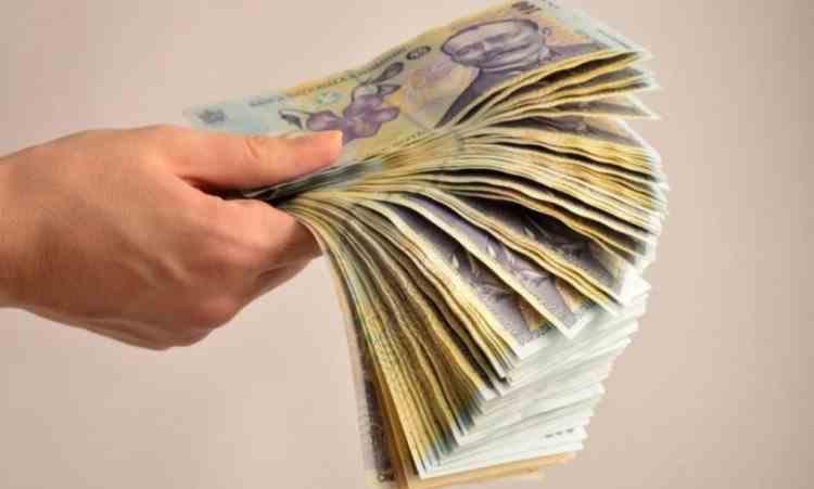 În timp ce se pregătește tăierea de sporuri la bugetari, Parlamentul dă bani în plus angajaților din ministere