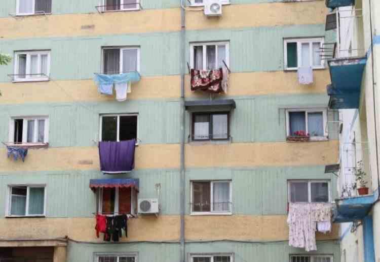 Amenzi pentru cei care scutură lenjeria pe geam sau balcon