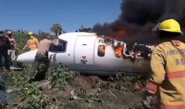 Șase militari au murit după ce avionul în care se aflau s-a prăbușit în Mexic