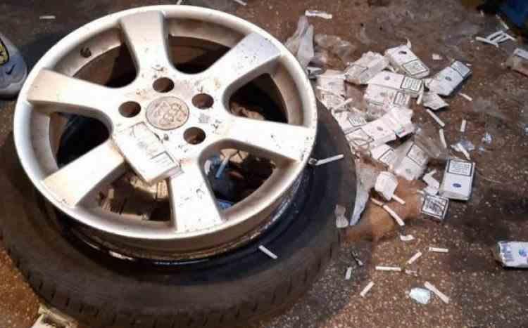 Un șofer român a umplut pneurile unui microbuz cu ţigări de contrabandă