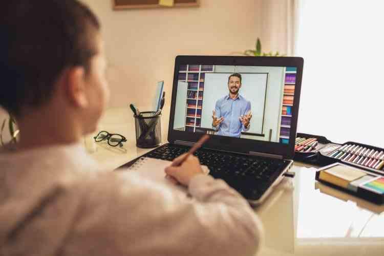 Un profesor din Bucureşti este cercetat după ce a apărut în lenjerie intimă la orele online