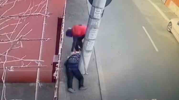 Un bărbat rănit și căzut pe stradă a fost jefuit de un tânăr, în București