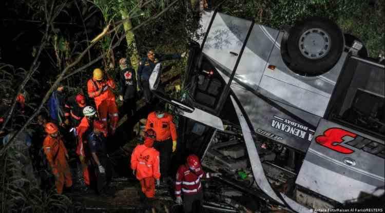 Zeci de elevi au murit în Indonezia după ce un autobuz s-a răsturnat într-o râpă