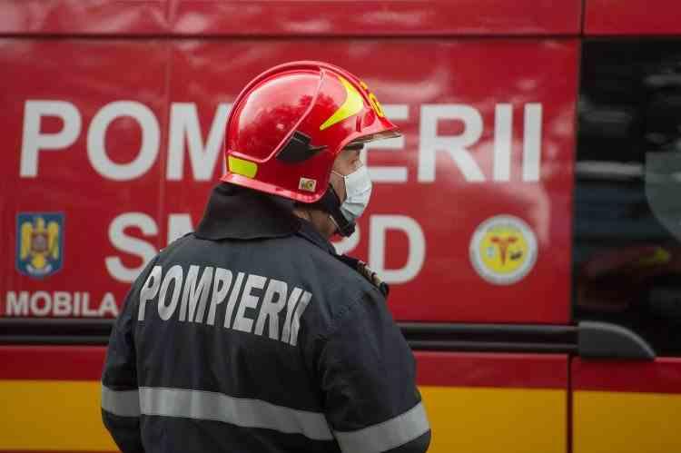 Panică printre locatarii unui bloc din Uricani după ce un incendiu a izbucnit într-un apartament din imobil