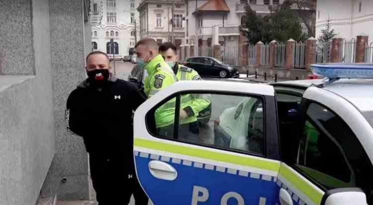 Poliţiştii au reţinut un bărbat înarmat şi fără permis de conducere, după o urmărire spectaculoasă pe străzile din București