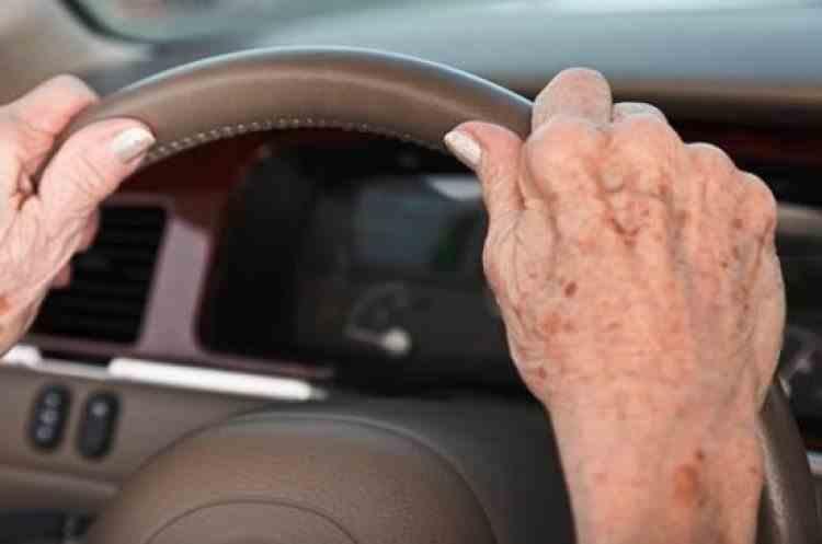 O femeie de 71 de ani din București a fost prinsă beată la volan