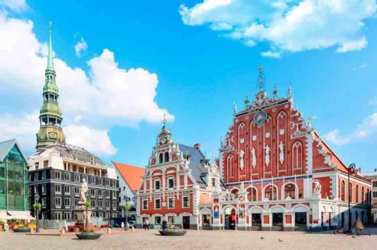 Letonia suspendă utilizarea vaccinului AstraZeneca
