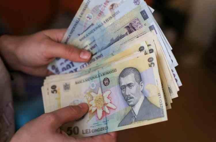Sute de mii de români care au beneficiat de amânarea ratelor trebuie să dea acum banii înapoi băncilor