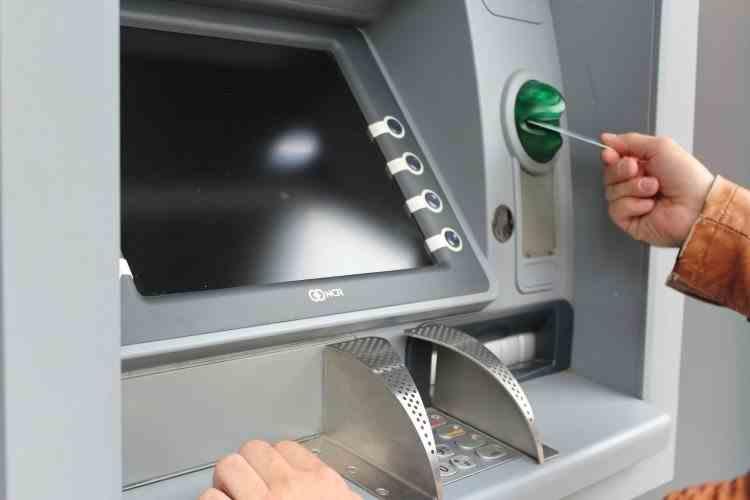 O mare bancă din România este acuzată de furt, după ce bancomatele au reținut mai multe carduri emise de o altă bancă