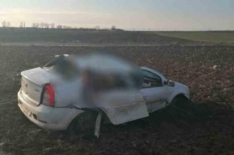 Trei oameni au murit și doi au fost răniți grav în drum spre serviciu, după ce mașina în care se aflau s-a răsturnat