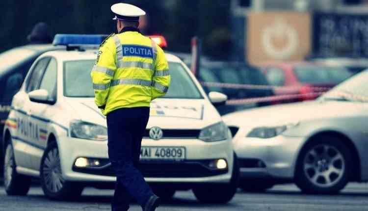 Un polițist a fost prins în flagrant în timp ce înapoia șpaga celui de la care o luase