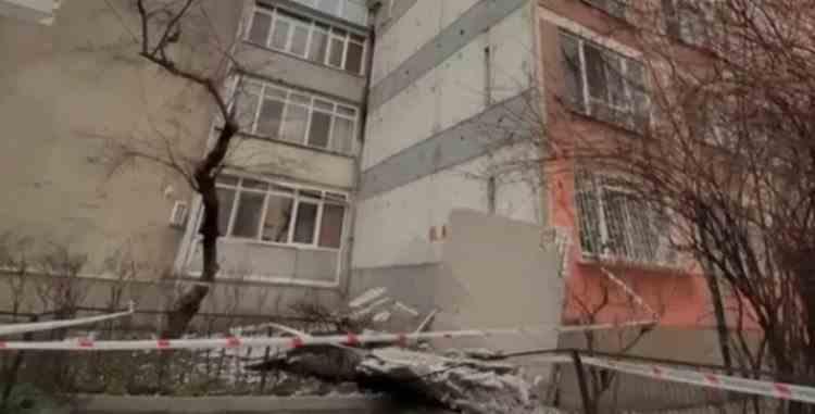 Fațada unui bloc din București s-a prăbușit joi dimineața