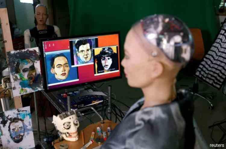 O operă de artă creată de robotul umanoid Sophia a fost vândută cu aproape 700000 de dolari