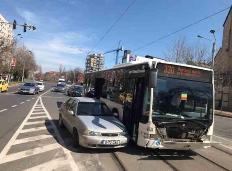 Circulația tramvaielor este blocată în București, în urma accidentului dintre un autobuz și un autoturism