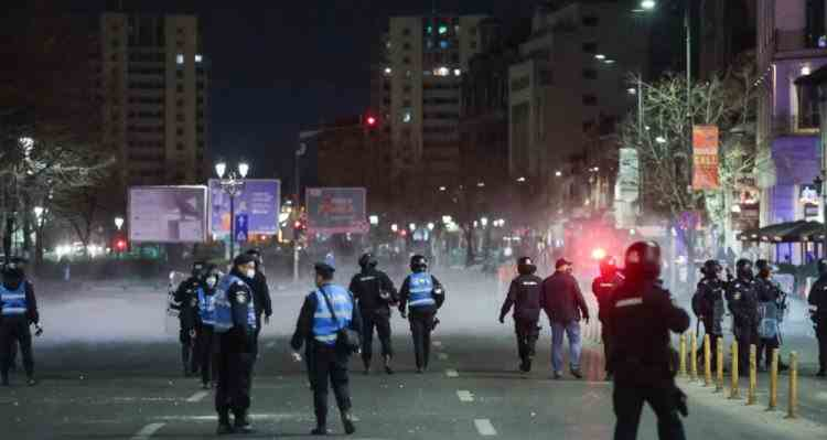 A doua seară de proteste anti-restricții în București: 12 jandarmi răniți, 188 de persoane audiate la Poliție, amenzi de peste 200000 de lei