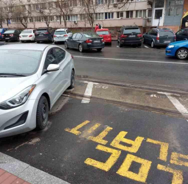 Locuri de parcare trasate pe linia de tramvai, în Sectorul 3 din București