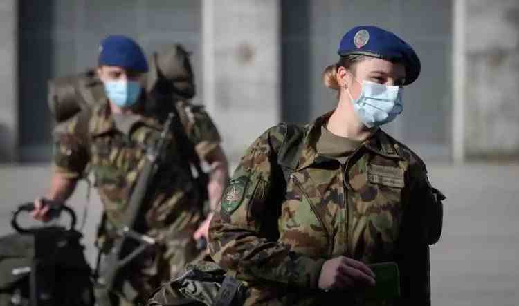 Pentru prima dată în istorie, femeile din armata Elveției vor avea voie să poarte lenjerie intimă de damă