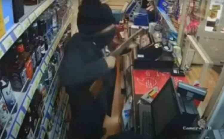 Un hoț a fost bătut cu propria armă de o angajată a magazinului pe care încercase să-l jefuiască