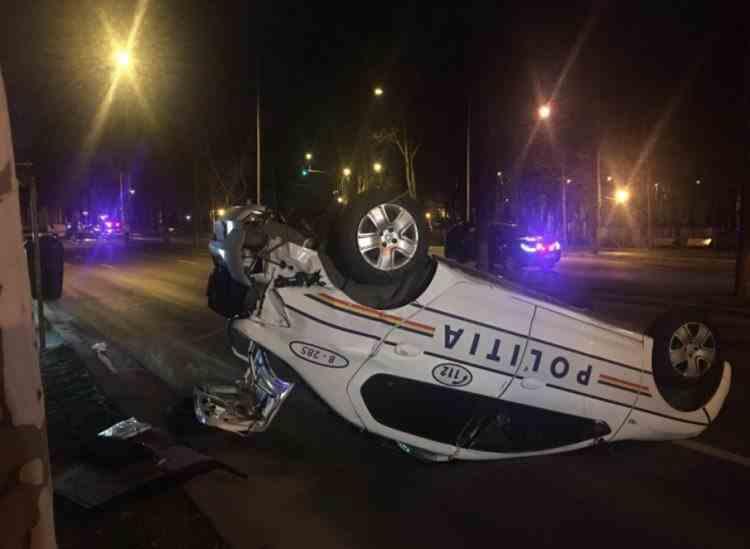 Autospecială de Poliție răsturnată în București, după ce a fost lovită în plin de un autoturism