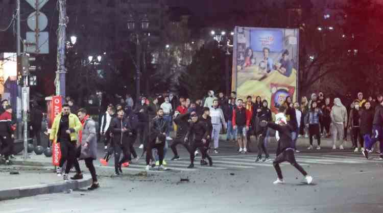 18 dintre cei 22 de protestatari ridicați de polițistii din București au fost reținuți